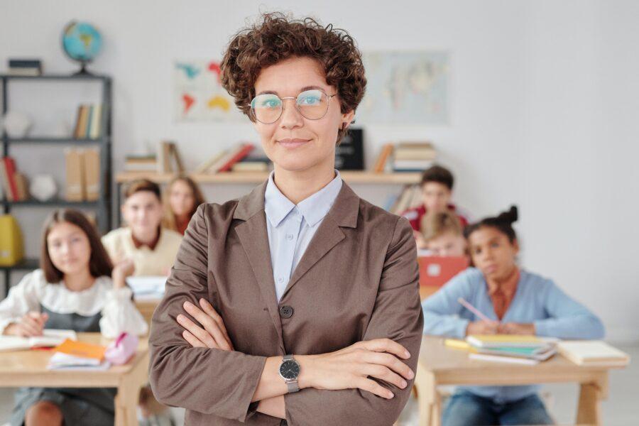 maestra enseña alumnos